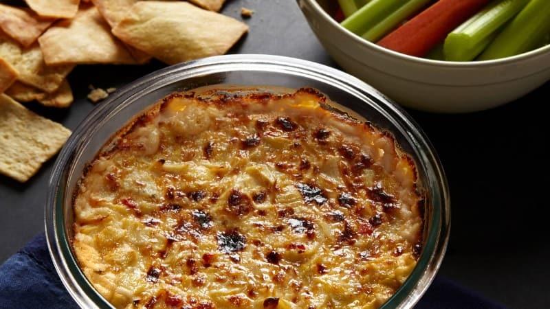 Salsa con queso feta tibio y alcachofas de Trisha
