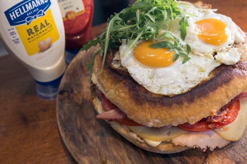 SANDWICH WITH HAM, CHEESE AND EGGS