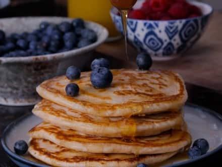 AMERIKANSKA Pannkakor med lönnsirap och blåbär