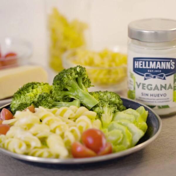 Pasta con brócoli y mayonesa vegana