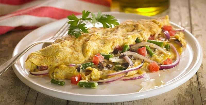 Omelette relleno con ensalada de atun