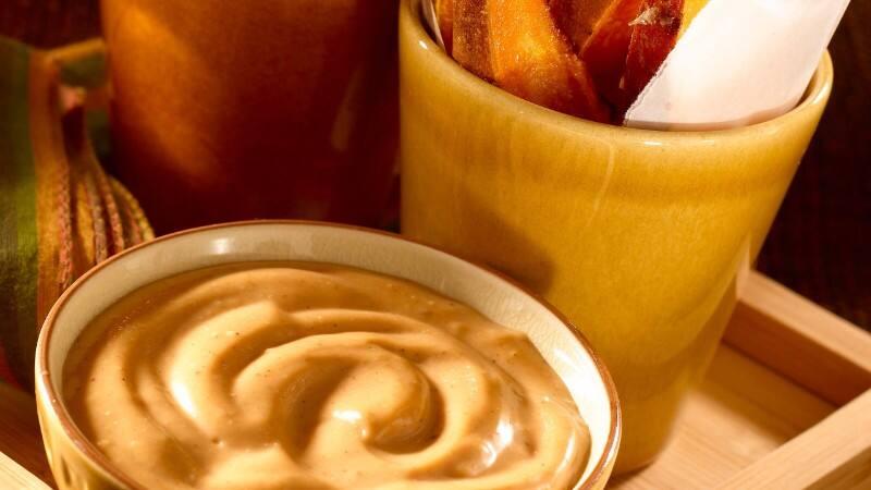 Frites de patates douces avec mayonnaise BBQ