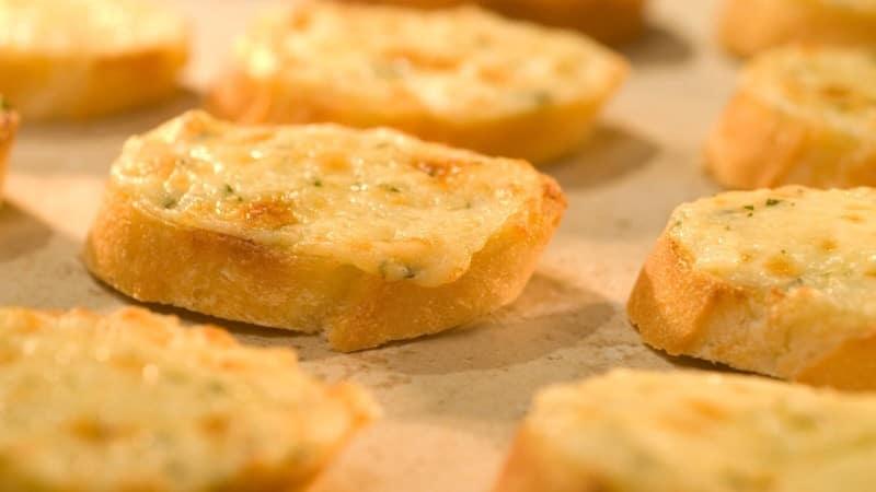 Tostadas con queso asiago