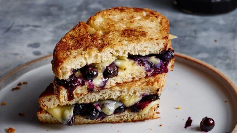Sándwich especial de queso asado y arándanos