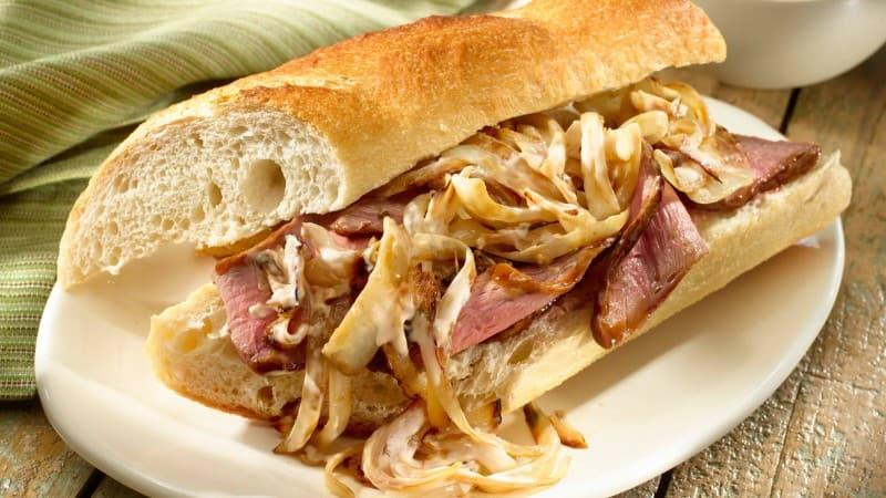 Sándwiches de carne y cebolla caramelizada
